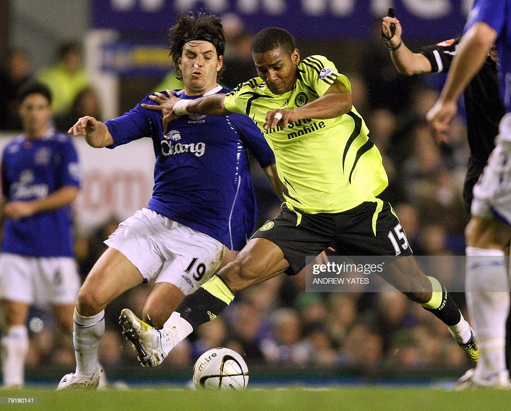 Nuno Valente (L) of Everton vies with Florent Malouda of Chelsea during the English League Cup football match at Goodison Park, Liverpool, north-west, 23 January 2008. AFP PHOTO/ANDREW YATES Mobile and website use of domestic English football pictures are subject to obtaining a Photographic End User Licence from Football DataCo Ltd Tel : +44 (0) 207 864 9121 or e-mail accreditations@football-dataco.com - applies to Premier and Football League matches.