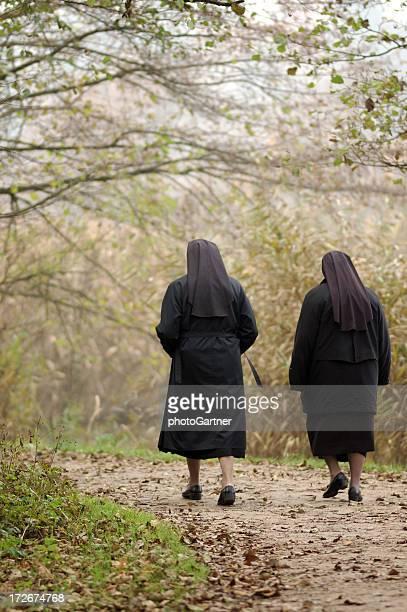 Nonnen Entspannung in der Natur;