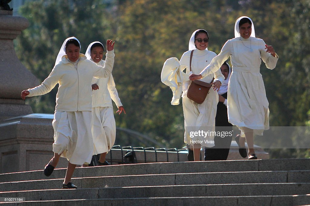 Nuns runs at Angel de la Independencia statue on February 14, 2016 in Mexico City, Mexico. Pope Francis will be on a five-day visit in Mexico from February 12 to 17 where he is expected to visit five states.