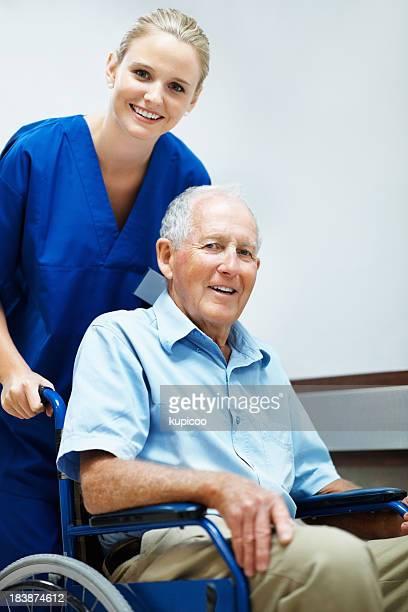 Krankenschwester und ein älterer Mann im Rollstuhl