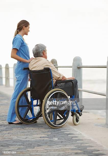 Krankenschwester und patient Genießen Sie die Landschaft