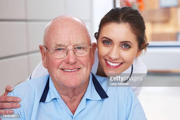 Infirmière et homme Senior Portrait