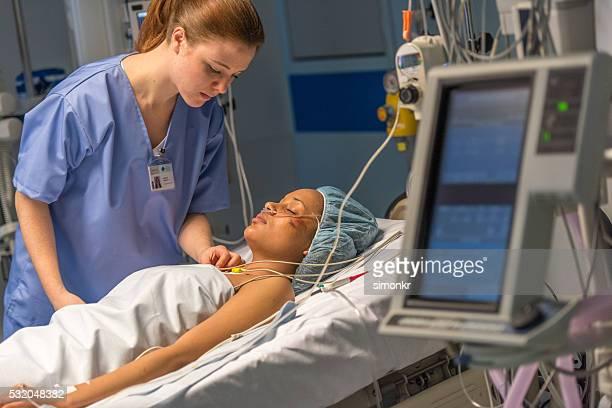 Fürsorgliche Krankenschwester Patienten