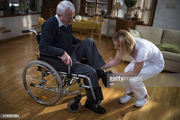 Krankenschwester zu Hause Besuchen Sie mit alter Mann