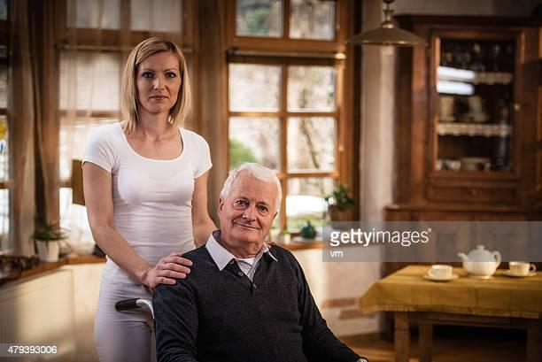 Infirmière à domicile visite avec homme senior
