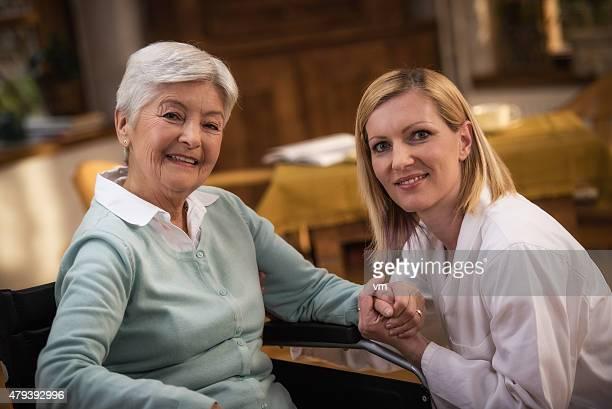 Krankenschwester beim Besuch senior Frau zu Hause mit