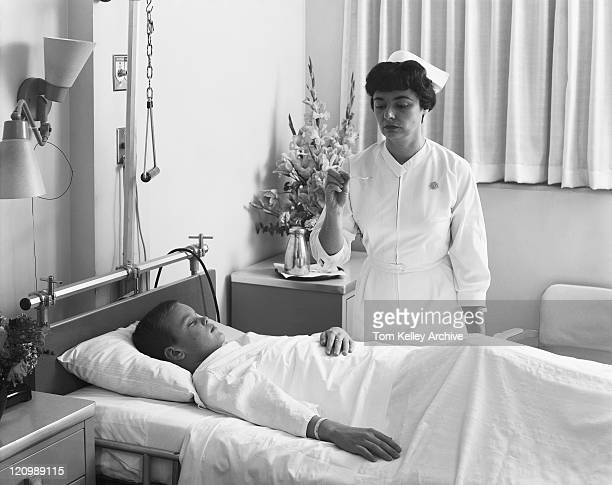 Infirmière examiné température de garçon