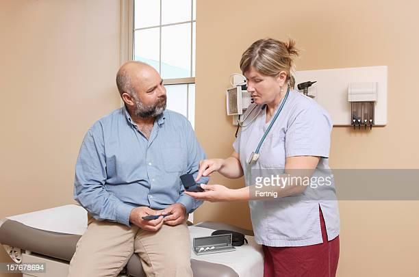 Enfermeiro, explicando a utilização de equipamento de diabético