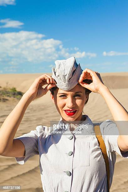 La Seconde Guerre mondiale, infirmière Fixes son Hat dans le désert