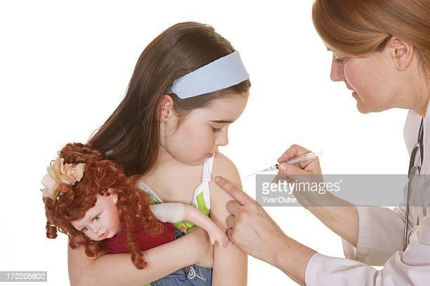 Krankenschwester durch die Impfung ein kleines Mädchen