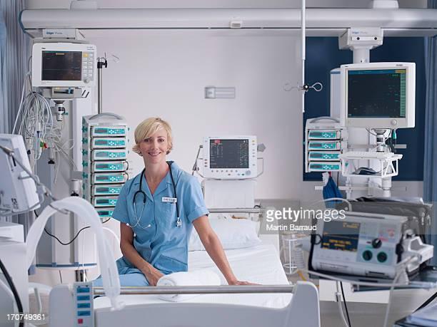Krankenschwester in intensive Pflege