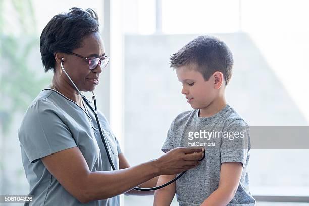 Infirmière à l'écoute d'un enfant Battement de coeur