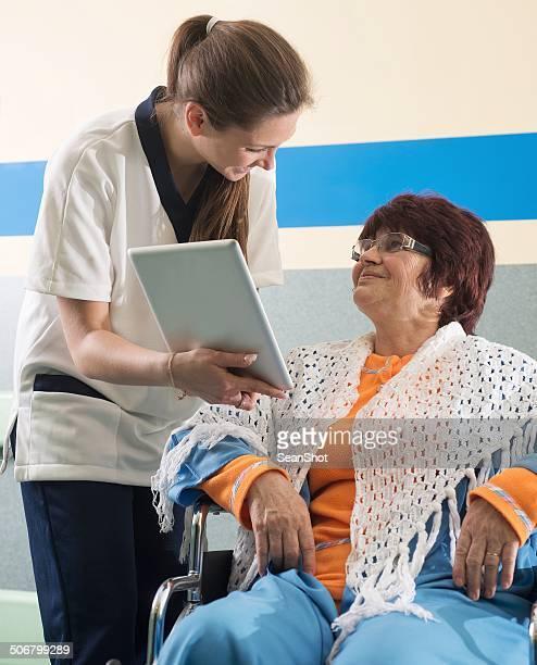 Enfermeiro mostrando ensaio, um doente com Tablet Digital