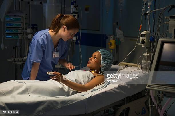 看護師と話している患者