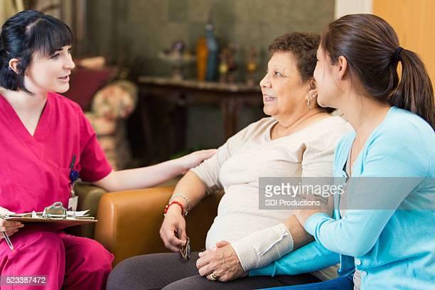 Krankenschwester mit einem senior Patienten reden über Diagnose
