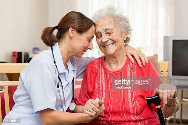 Infirmière avec le Patient Senior