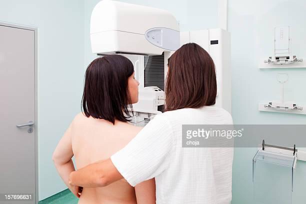 Krankenschwester mit Junge Frauen mit einer Mammografie