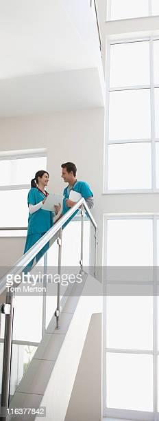 Krankenschwestern sprechen auf Treppe