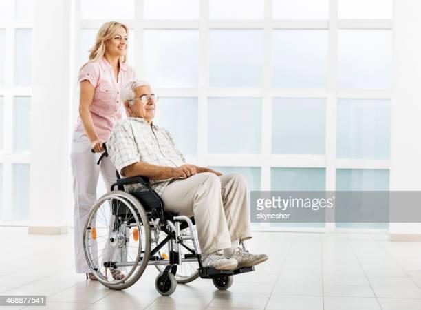 Pflegehelfer und senior Mann.