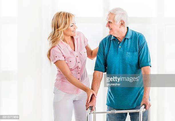 Aide-soignante avec homme senior.