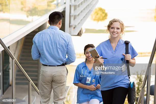 Stillende oder medizinische Schüler zu Fuß Klasse auf college-campus