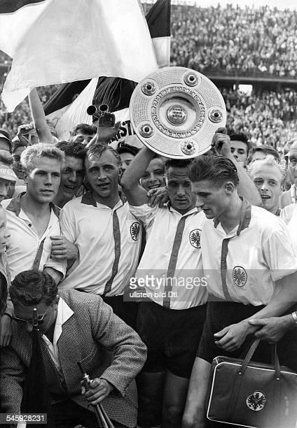 Endspiel um die Deutsche Meisterschaftvor 75000 Zuschauern im Olympiastadionvon Berlin Eintracht Frankfurt KickersOffenbach 53 nV Die Spieler vom...