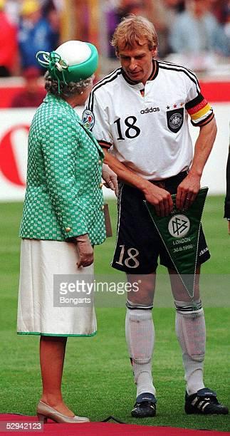FUSSBALL EURO 1996 FINALE 300696 in London CZE GER 12 nVerl QUEEN ELIZABETH II mit Juergen KLINSMANN der das GER Team vorstellt