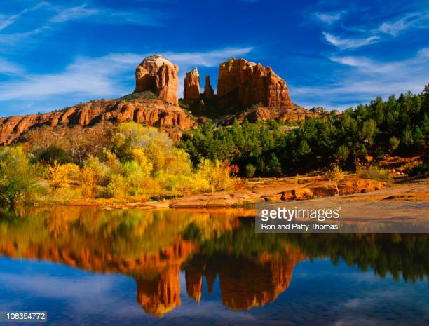 Oak Creek reflecte Picos Cathedral no Parque Estatal de Red Rocks
