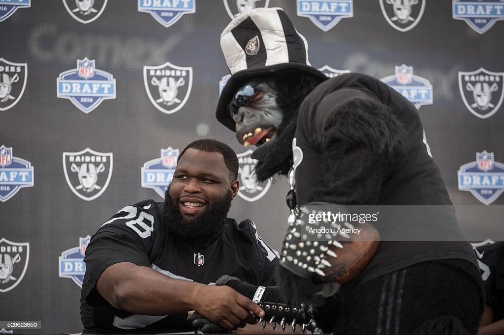 Oakland Raiders Defensive Tackle, Justin Ellis, poses for a picture with a fan during The Oakland Raiders Fan Fest in Mexico City, Mexico on April 30, 2016. Raiders and HoustonTexans will play at the Azteca Stadium next Nov 21, will also be the first Monday Night NFL game played outside the U.S.