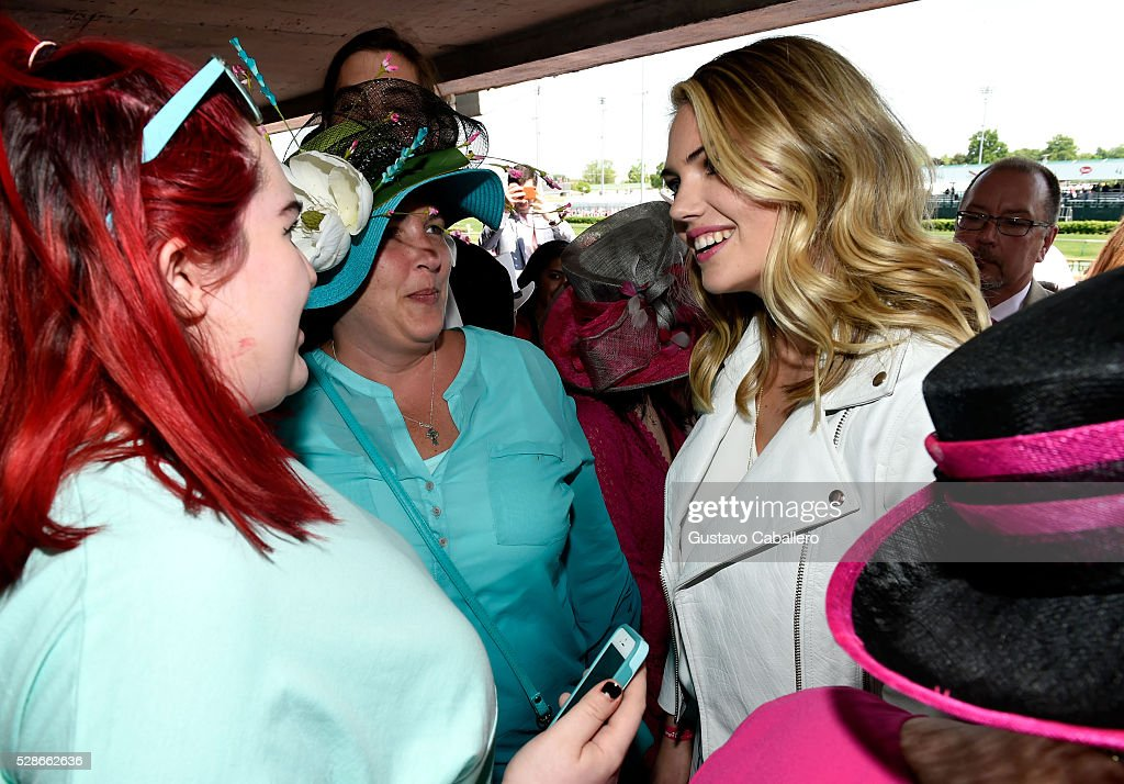 Oaks First Lady Kate Upton (R) poses with survivors at the 2016 Kentucky Oaks at Churchill Downs on May 6, 2016 in Louisville, Kentucky.
