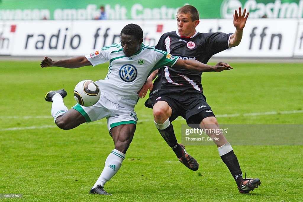 <a gi-track='captionPersonalityLinkClicked' href=/galleries/search?phrase=Obafemi+Martins&family=editorial&specificpeople=224574 ng-click='$event.stopPropagation()'>Obafemi Martins</a> (L) of Wolfsburg and Sebastian Jung of Frankfurt fight for the ball during the Bundesliga match between VfL Wolfsburg and Eintracht Frankfurt at Volkswagen Arena on May 8, 2010 in Wolfsburg, Germany.