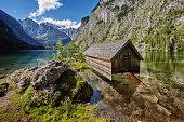 Bootshütte an der Fischunkelalm am Obersee, hinter Salet / Königssee, Berchtesgadener Land, Bayerische Alpen.