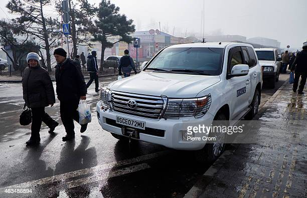 OSCE observers monitor the situation in a nothern suburb on the morning of the ceasefire on February 15 2015 in Donetsk Ukraine The Nothern suburbs...