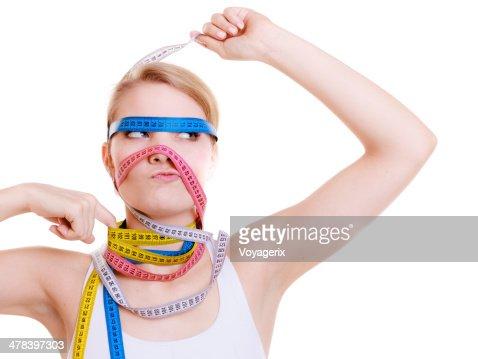 Obsesionado fit mujer con cintas de medida.  Tiempo para adelgazar de dieta. : Foto de stock