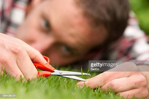 Obsessiv Mann Leg dich auf Gras, perfekt