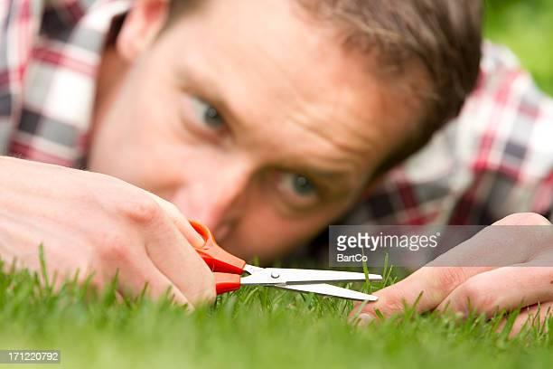 Obsession homme allongé sur herbe, la perfection
