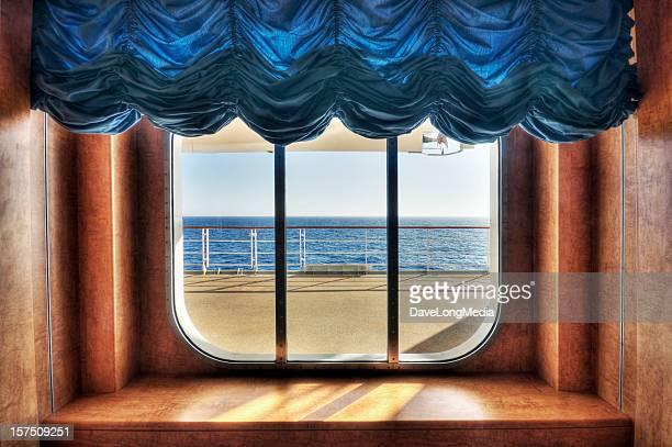 Finestra con vista sull'oceano attraverso