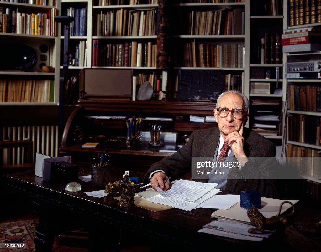 Ottobre 1985, il filosofo ed antropologo Claude Lévi-Strauss, nel suo appartamento nel 16 ° arrondissement di Parigi, in occasione della pubblicazione del suo libro 'Guarda, ascoltare, leggere'. In posa nel suo ufficio.
