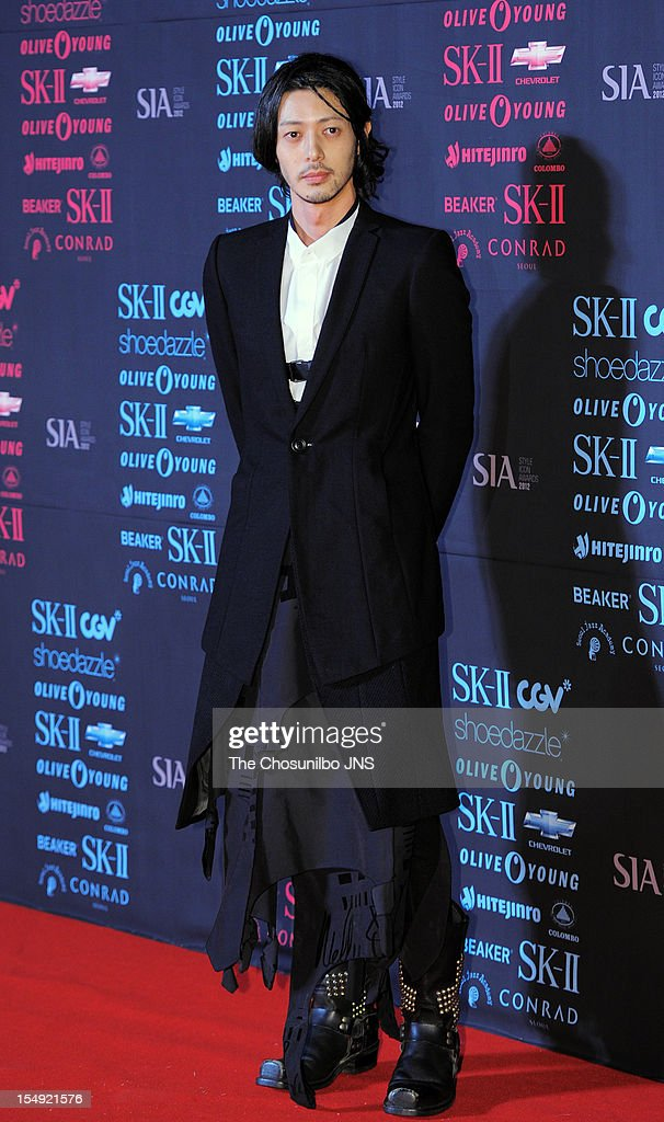 Odagiri Joe poses for photographs upon arrival during the Style Icon Awards 2012 at CJ E&M Center on October 25, 2012 in Seoul, South Korea.