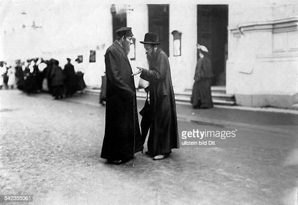 OesterreichUngarn/Kaiserreich Oesterreich AustriaHungary/Imperial and Royal Austrian Empire Boehmen Koenigreich Karlsbad zwei orthodoxe Juden im...