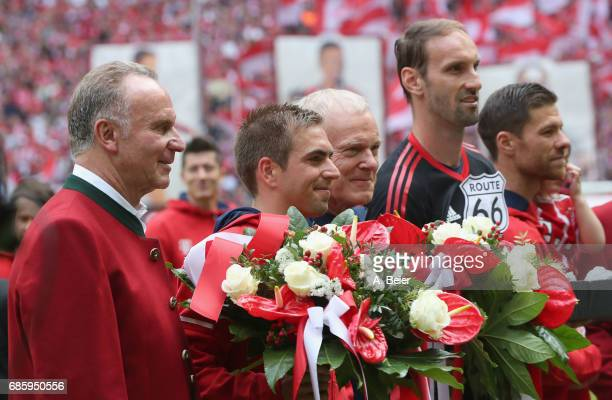 CEO of Bayern Muenchen KarlHeinz Rummenige poses with Philipp Lahm assistent coach Hermann Gerland goalkeeper Tom Starke and Xabi Alonso of Bayern...