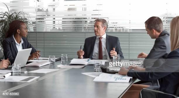 CEO des Unternehmens sprechen bei Treffen mit Führungskräften