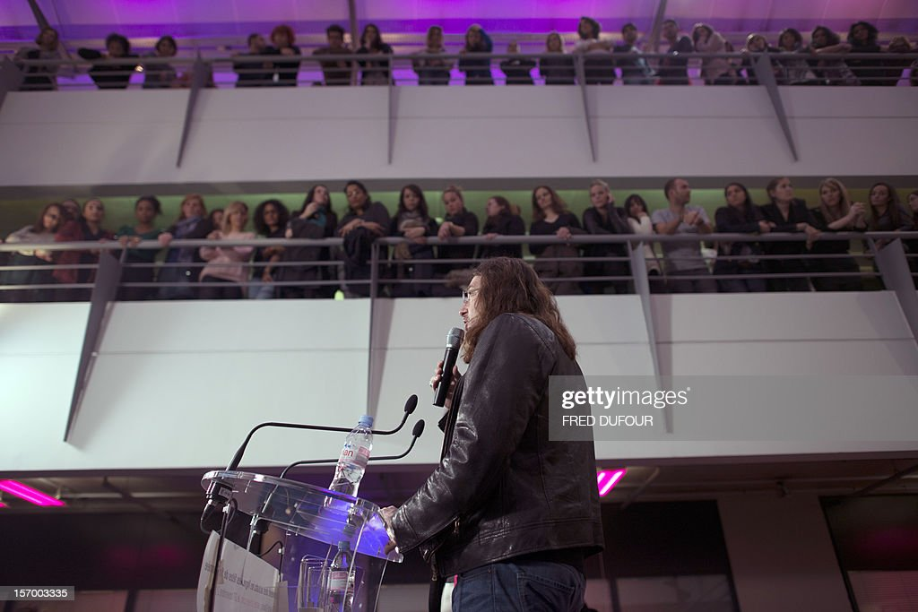 CEO of website vente-privee.com, French Jacques-Antoine Granjon, surrounded by his staff, speaks to journalists after a visit of the headquarters in Saint-Denis, north of Paris, on November 27, 2012 ahead of the Christmas and new Year celebrations. The vente-privee.com storage facilities celebrates its 10th anniversary.