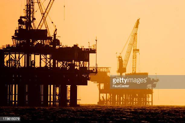 Off shore oil plataformas en puesta de sol