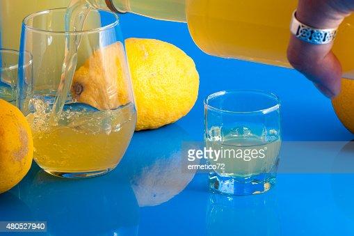 offer a limoncello : Stockfoto