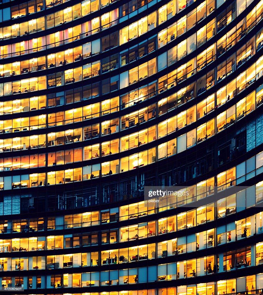 Immeuble de bureaux de nuit avec Illumination fenêtres : Photo