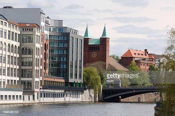 Bürogebäude in Berlin auf der Spree