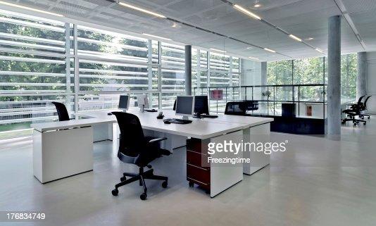 immeuble de bureaux avec plusieurs postes de travail photo thinkstock