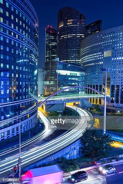 Immeubles de bureaux dans le quartier des affaires de La Défense, à Paris, au crépuscule