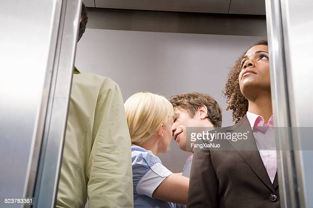 オフィスのカップルのキスエレベーター